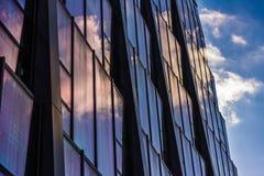 Reflexion der Wolken im Wolkenkratzer stockfoto