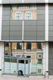 Reflexion des alten Hauses in den Fenstern Lizenzfreies Stockbild