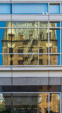 Reflexion des alten Hochhaus-Backsteinbaus in neuem modernem hoch--Ri stockbild