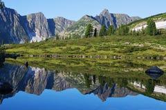 Reflexion des Berges auf Wasser, Spiegelbild von Bergen im Wasser Stockfoto