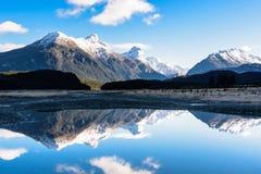 Reflexion des Berges in Neuseeland Lizenzfreie Stockfotos
