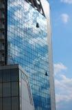 Reflexion des bewölkten Himmels auf Wolkenkratzer Stockbilder