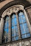 Reflexion des blauen Himmels in den Fenstern des historischen Hauses Stockfoto