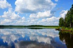 Reflexion des blauen Himmels mit weißen Wolken im See lizenzfreie stockfotografie