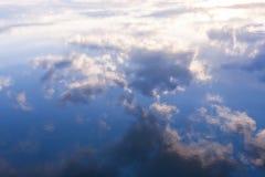 Reflexion des blauen Himmels und der weißen Wolken im Wasser Stockfotos