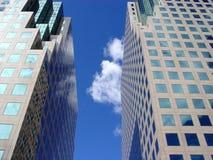 Reflexion des blauen Himmels und der Wolken lizenzfreies stockfoto