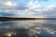 Reflexion des blauen Himmels und der Wolken in einem See Stockfotografie