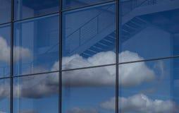 Reflexion des blauen Himmels und der Wolken im Bürogebäudefenster Stockfotografie