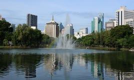 Reflexion des Brunnens in einem See in einem allgemeinen Park in Bangkok, Thailand Lizenzfreies Stockbild