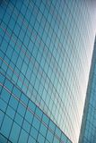 Reflexion des Gebäudes auf dem Glasfensterhintergrund Lizenzfreies Stockfoto