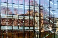 Reflexion des Gebäudes auf der Glaswand Lizenzfreie Stockbilder