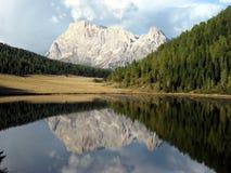 Reflexion des Gebirgssees Stockbild