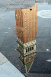 Reflexion des Glockenturms von San marco Lizenzfreie Stockfotos