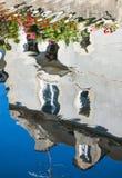 Reflexion des Hauses verziert mit Pelargonie Stockbilder