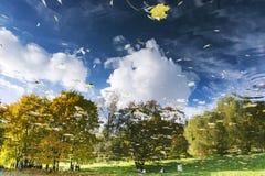 Reflexion des Herbstparks im Wasser von einem Teich Lizenzfreies Stockbild