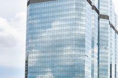 Reflexion des Himmels auf hohen Gebäuden Stockfotografie