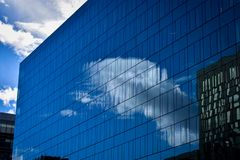 Reflexion des Himmels in einem Glasgebäude stockbild