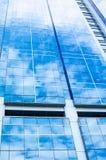 Reflexion des Himmels im Gebäude Lizenzfreies Stockbild