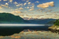 Reflexion des Himmels und der Berge im Fluss Stockbild