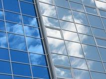 Reflexion des Himmels und der Wolken in den Fenstern Stockbild