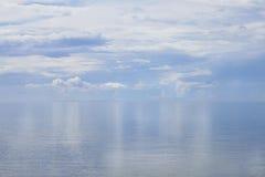 Reflexion des Himmels und der Wolken in Meer lizenzfreie stockfotos