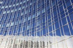 Reflexion des Himmels und des Gebäudes Stockfoto