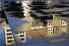 Reflexion des historischen Gebäudes in Chicago stockbild