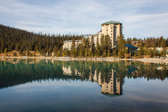 Reflexion des Hotels in Lake Louise Stockfotografie