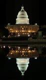 Reflexion des Kapitols im Washington DC Stockfotografie