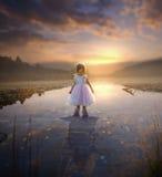 Reflexion des kleinen Mädchens und des Erwachsenen lizenzfreies stockfoto