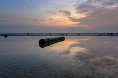 Reflexion des Klotzes und des Sonnenunterganghimmels Stockfotos