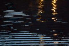 Reflexion des Lichtes, wenn Wasser geglättet wird lizenzfreie stockfotos