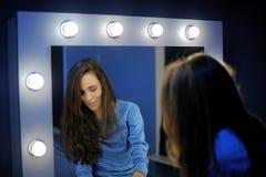 Reflexion des Mädchens, das vor dem Spiegel steht Lizenzfreies Stockbild