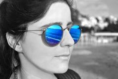 Reflexion des Meeres auf Sonnenbrille - Schwarzweißfotografie Stockbilder