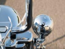 Reflexion des Motorradfahrers im Scheinwerfer lizenzfreie stockbilder