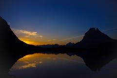 Reflexion des Pic du Midi -d'Ossau bei Sonnenaufgang stockfotos