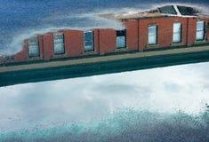 Reflexion des roter Ziegelstein-Gebäudes Lizenzfreie Stockbilder