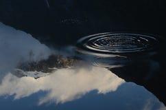 Reflexion des Schnee-mit einer Kappe bedeckten Berges in Franz Josef, Neuseeland Lizenzfreie Stockfotografie
