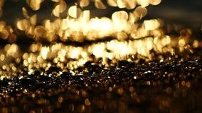 Reflexion des Sonnenaufgangs auf den Steinen und dem Sand auf dem Strand die Türkei stock footage