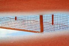 Reflexion des Tennisnetzes im Pool Stockbild