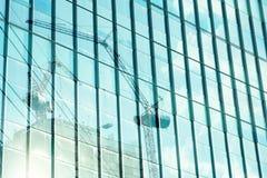 Reflexion des Turmkran-Hochbaus auf dem Errichten von MIR Stockfotografie