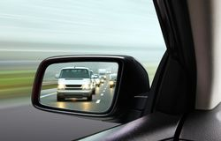 Reflexion des Verkehrsstroms lizenzfreie stockbilder