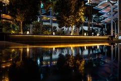 Reflexion durch Wasser der mordern Architektur Stockbilder