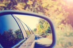 Reflexion in einem Autospiegel Tonen von Art instagram stockfoto