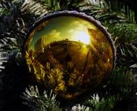 Reflexion in einem gelben Ballon Stockfotografie