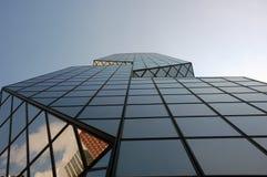 Reflexion in einem Wolkenkratzer Lizenzfreies Stockfoto