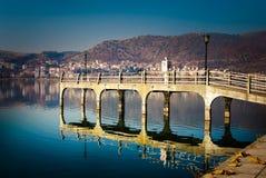Reflexion einer Brücke in einem See Lizenzfreie Stockbilder