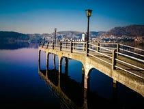 Reflexion einer Brücke in einem See Stockbild