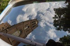 Reflexion einer Kirche in den Niederlanden im Autospiegel Lizenzfreies Stockbild