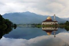 Moschee durch den Seeufer Stockfotos